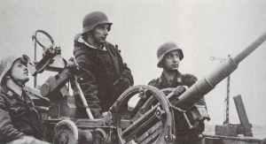 Leichte Fla-Kanone mit jungen Flak-Helfern