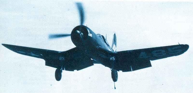 F4U-1 Corsair wird an Bord eines US-Flugzeugträgers geflogen