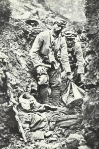 Abtransport von Toten und Verwundeten aus Graben
