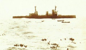 Überlebende der Gneisenau schwimmen zur Inflexible
