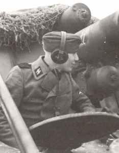 Besatzungsmitglied einer Hummel Artillerie-Selbstfahrlafette