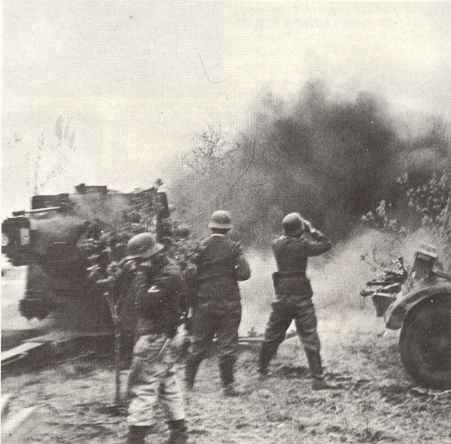 88 mm Flak 36 der Luftwaffe beschießt russische Stellungen