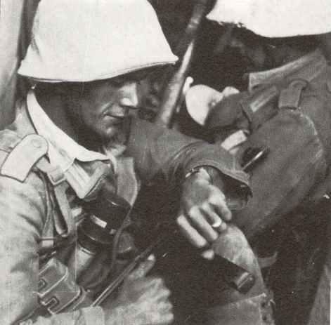 Unteroffizier der Panzergrenadiere des Afrika-Korps, bewaffnet mit MP40