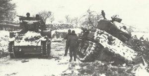 M5 Stuart fährt an M10 Panzerjäger in den Ardennen vorbei