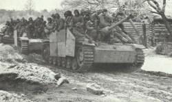 StuG III mit aufgesessener Infanterie