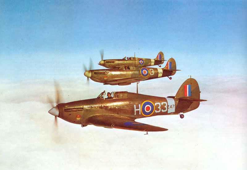 Hurricane I zusammen mit zwei Spitfire IIA
