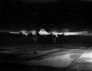 Lancaster-Bomber vor Start in der Nacht