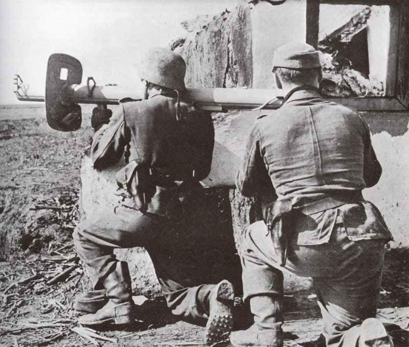 Soldaten der Infanterie-Division Grossdeutschland mit Panzerschreck
