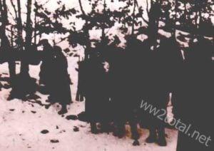 Deutsche Soldaten im tiefen Schnee eines Waldes