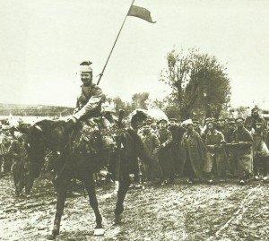 Deutsche Kavallerie eskortiert russische Gefangene