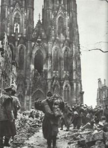 Deutsche ergeben sich vor Dom in Köln