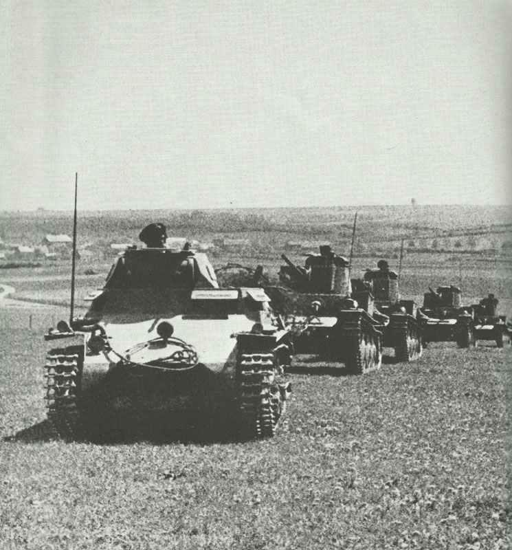 PzKpfw I führt eine Kolonne PzKpfw 38(t)