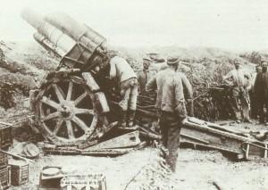 deutscher Kanonier prüft das Rohr einer 21-cm-Haubitze