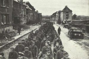 Deutsche Soldaten ziehen in Kriegsgefangenschaft