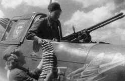 Aufmunitionierung des Heck-MGs einer Il2-M3