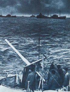 Fla-Geschütz mit Mannschaft auf einem Frachtschiff