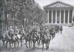 deutsche Artillerie vor der im Stil klassischer Tempel erbauten Kirche Sainte Madeleine