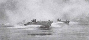 Deutsche Sturmboote preschen über den Rhein.