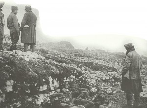 Österreiche Soldaten mustern die gefallenen Italiener