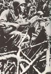 Marineinfanteristen mit Garand-Gewehren im Dschungelkampf