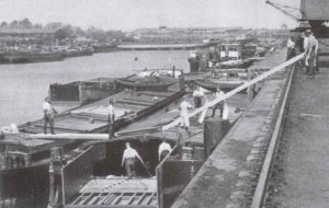 Umbau von Schleppkähnen zu Landungsbooten