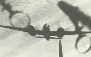 Eine Ju 88A, der schnelle deutsche Bomber für mittlere Strecken mit Bombenzuladung von 2500 kg und Sturzflugbremsen, die ihm auch einen Sturzangriff ermöglichen.