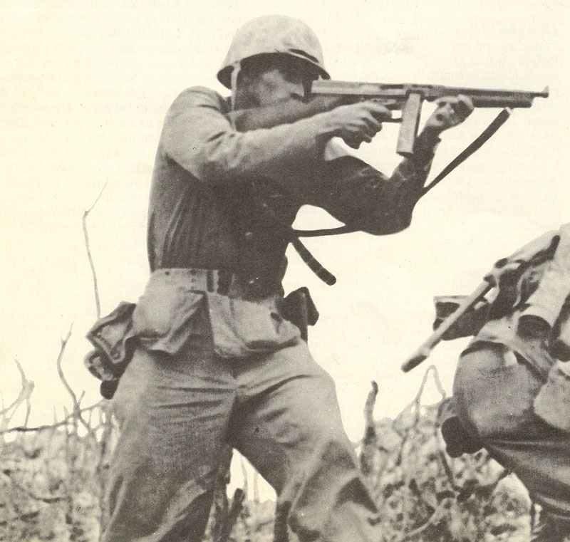 Marine-Infanterist zielt mit seiner Thompson-MP
