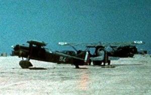 italienische Fiat CR32 Doppeldecker auf einem Flugfeld in Libyen