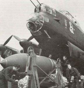 Bodenpersonal belädt eine Lancaster mit einer 5443-kg-Tallboy-Bombe