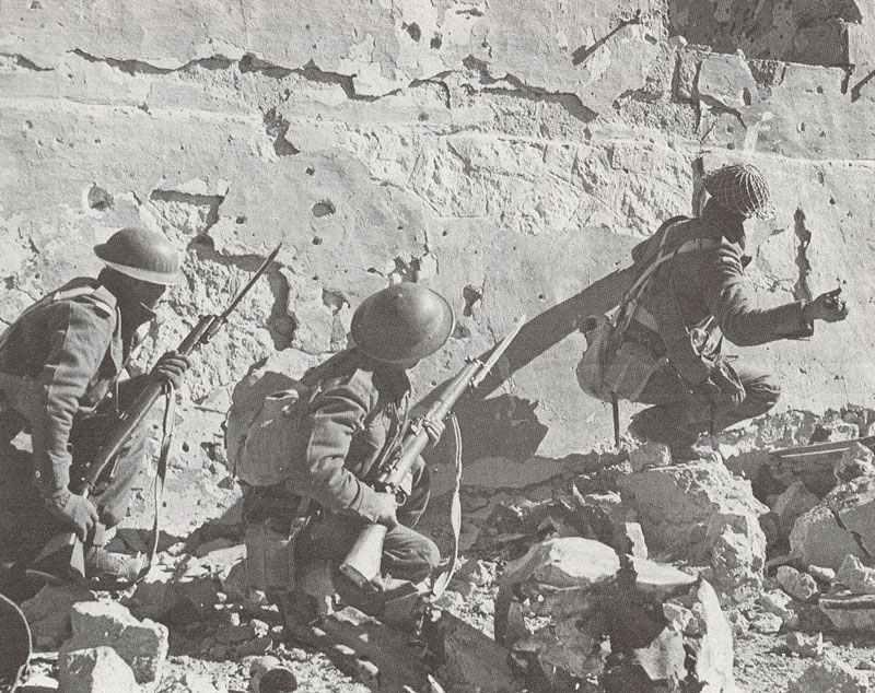 Südafrikanische Soldaten in Nordarfika beginnen einen Angriff