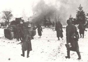 Französische Soldaten mit Panzer IV im November 1943 nördlich der Pripjet-Sümpfe