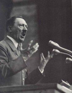 Hitler in der für ihn so typischen Pose