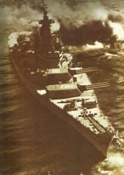 USS Iowa schießt