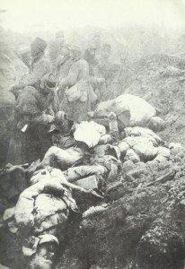 Tote und Lebendige in einem französischen Schützengraben