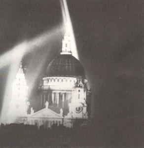 St.Pauls-Kathedrale in der Londoner City im Licht der Suchscheinwerfer