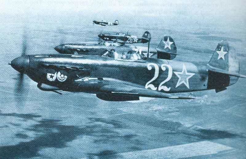 Mit Abwurftanks ausgerüstete Jak-9D, welche amerikanische Bomber begleiteten die zeitweise von ihren Einsätze über Deutschland oder Rumänien nach Russland weiterflogen.
