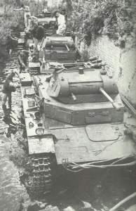 PzKpfw II werden in einem Bach gewaschen