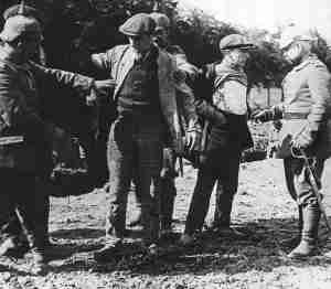 Deutsche Soldaten durchsuchen verdächtige belgische Zivilisten