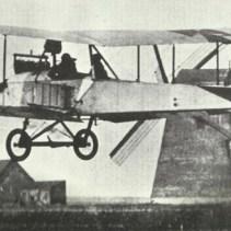 Ein unbewaffneter Albatros-B-Typ hebt von einem Flugfeld an der Westfront ab – eine einfache Beute für jedes bewaffnete alliierte Flugzeug.