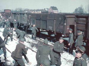 Deutsche Soldaten Schneeballschlacht