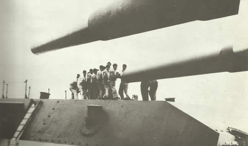 Reinigung eines 38-cm-Geschütz