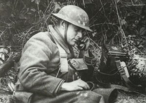 Feldtelefon in Verwendung durch einen US-Soldaten