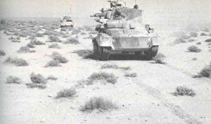 Englische Panzer durchfahren die Wüste.