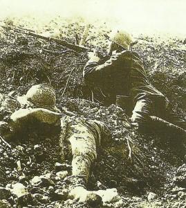 Deutscher Soldat beobachtet Fort Vaux