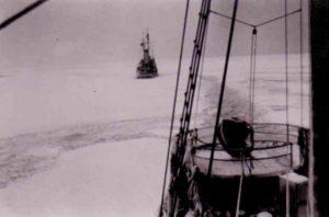 Minensuchboot im Eis