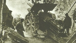 Deutsche Artilleristen bedienen eine 210-mm-Haubitze