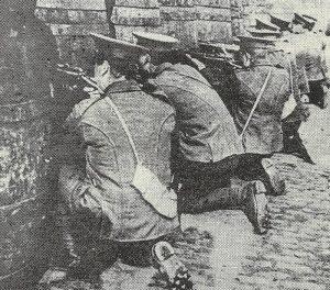 Britische Infanteristen nehmen den 'Four Courts' unter Feuer