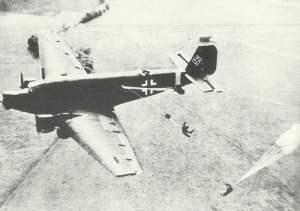 Absprung von Fallschirmjägern aus einer Ju 52