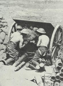 Britische Kanoniere an einem Feldgeschütz
