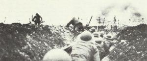 Britische Infanterie geht an der Smme durch den Laufgraben
